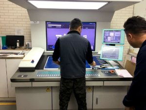 印刷工程CMYK濃度測定オペレート画像
