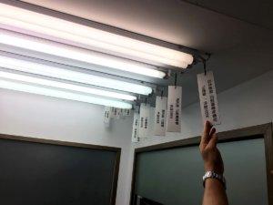 印刷を確認する為のライト検証室の画像